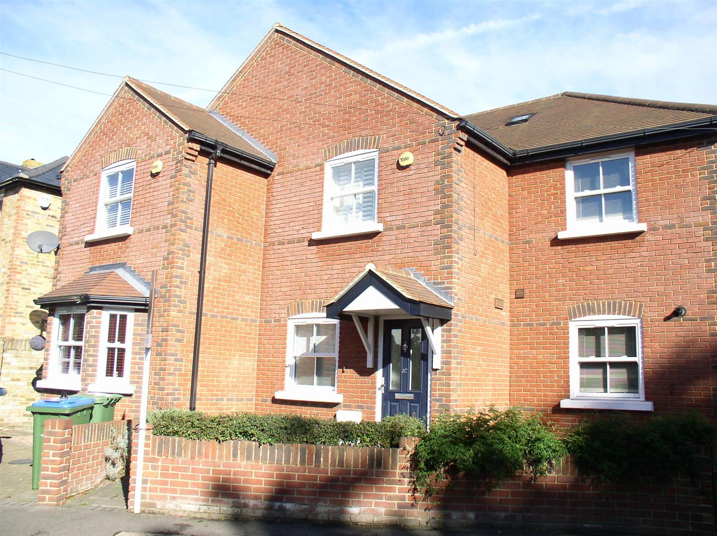 3 Bedrooms Terraced House for sale in Albany Road, Hersham, Walton-On-Thames